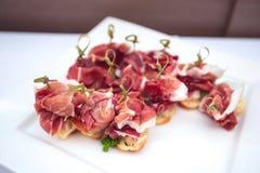 Tabela de banquete de abastecimento belamente decorada com os petiscos e os aperitivos diferentes do alimento Fotografia de Stock Royalty Free