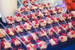 Tabela de banquete de abastecimento belamente decorada com os petiscos e os aperitivos diferentes do alimento no evento incorpora Fotografia de Stock Royalty Free