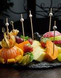 Tabela de banquete de abastecimento decorada com diferente imagens de stock royalty free