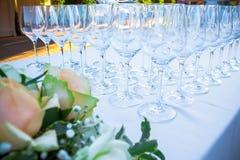 Tabela de banquete do casamento com copos de vinho imagem de stock
