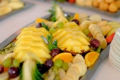A tabela de banquete festiva com comemora o alimento dos delicios Fotos de Stock Royalty Free