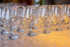 A tabela de banquete lá é vidros vazios para a aguardente Imagens de Stock
