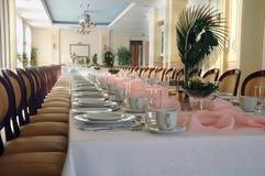 Tabela de banquete longa com flor Fotografia de Stock Royalty Free