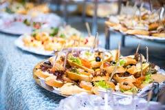 Tabela de banquete para um banquete em um restaurante tabela de bufete, Canape, sanduíches, petiscos, tabela do feriado, cortada, fotos de stock