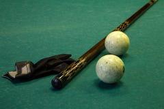 Tabela de bilhar, bolas, sugestão e luva Fotografia de Stock Royalty Free