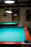 Tabela de bilhar vazia sob as luzes Fotografia de Stock Royalty Free