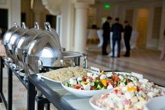 Tabela de bufete com saladas Imagens de Stock Royalty Free