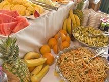 Tabela de bufete da fruta e da salada Fotografia de Stock Royalty Free