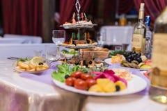 Tabela de bufete da recepção com hamburgueres, os petiscos frios, a carne e as saladas foto de stock royalty free