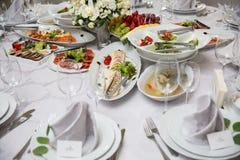 Tabela de bufete da recepção com petiscos, carne, saladas e frutos frios imagens de stock royalty free