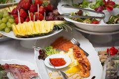 Tabela de bufete da recepção com petiscos frios, camarão, peixe, caviar fotografia de stock
