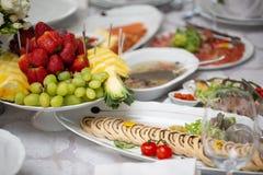 Tabela de bufete da recepção com petiscos frios, carne, saladas imagem de stock