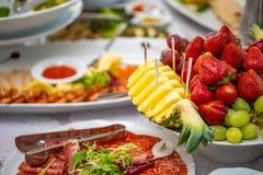 Tabela de bufete da recepção com petiscos, saladas e frutos frios imagem de stock royalty free