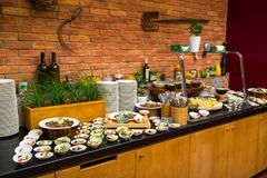Tabela de bufete para o café da manhã no hotel fotos de stock