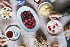Tabela de café da manhã com iogurte e as bagas frescas fotos de stock royalty free