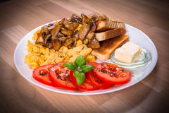 Tabela de café da manhã com ovos crambled fotos de stock royalty free