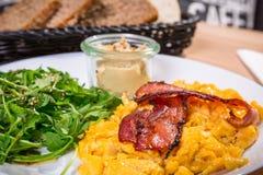 Tabela de café da manhã com ovos crambled imagem de stock royalty free
