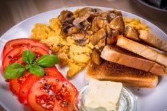 Tabela de café da manhã com ovos crambled Foto de Stock