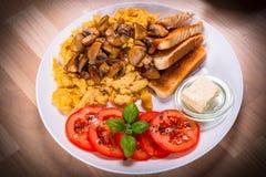 Tabela de café da manhã com ovos crambled imagens de stock royalty free