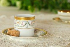 Tabela de café da manhã no jardim com as canecas românticas de bebida quente Fotografia de Stock Royalty Free