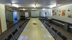 A tabela de conferência de madeira com timelapse dos acessórios do escritório para a animação do movimento filme