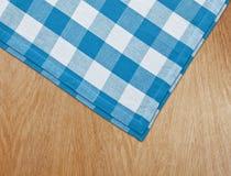 Tabela de cozinha com tablecloth azul do guingão Imagem de Stock
