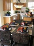 Tabela de cozinha (foco na tabela) imagens de stock