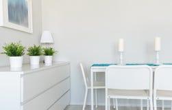 Tabela de Dinning na sala contemporânea Imagem de Stock
