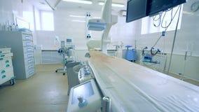 Tabela de funcionamento vazia em uma sala da cirurgia em um hospital 4K video estoque