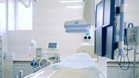 A tabela de funcionamento vazia está em uma sala da cirurgia 4K vídeos de arquivo