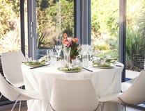 Tabela de jantar ajustada para um casamento ou um evento corporativo Fotografia de Stock Royalty Free
