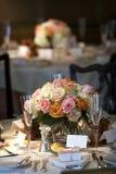 A tabela de jantar ajustou-se para um casamento ou um evento corporativo Fotografia de Stock Royalty Free