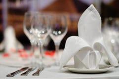 A tabela de jantar ajustou-se para um casamento ou um evento corporativo Imagem de Stock Royalty Free