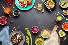 Tabela de jantar colorida da festa do vegetariano de cima de imagens de stock royalty free