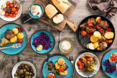 Tabela de jantar com alimento da variedade, vista superior fotografia de stock