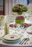 Tabela de jantar com flores Fotos de Stock Royalty Free