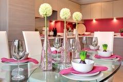 A tabela de jantar contemporânea ajustou-se para o jantar imagens de stock royalty free