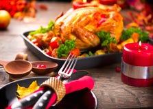 Tabela de jantar da ação de graças servida com peru Foto de Stock Royalty Free