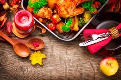 Tabela de jantar da ação de graças servida com peru Fotografia de Stock