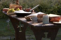 Tabela de jantar do renascimento no acampamento militar. fotos de stock