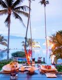 Tabela de jantar do restaurante do recurso luxuoso com assado e alimento foto de stock