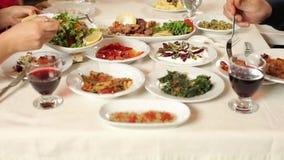 Tabela de jantar e alimentos mediterrâneos video estoque