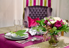 Tabela de jantar Luxuriously coberta foto de stock royalty free
