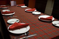 Tabela de jantar vermelha Imagens de Stock Royalty Free