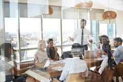 Tabela de Leads Meeting Around do homem de negócios disparada através da porta imagem de stock royalty free