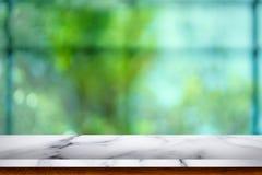 Tabela de mármore branca vazia com fundo do café do borrão imagens de stock