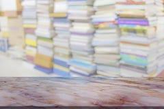 Tabela de mármore com fundo do borrão da biblioteca fotos de stock