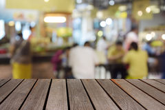 Tabela de madeira borrada da imagem no centro do alimento no shopping e no peo Imagem de Stock Royalty Free