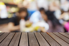 Tabela de madeira borrada da imagem no centro do alimento no shopping e no peo Fotos de Stock