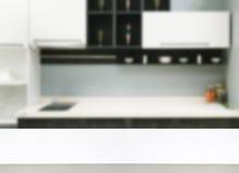Tabela de madeira branca com interior da cozinha Fotos de Stock